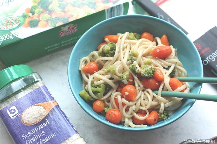 Udon noodles met groenten, sesamolie en sesamzaad