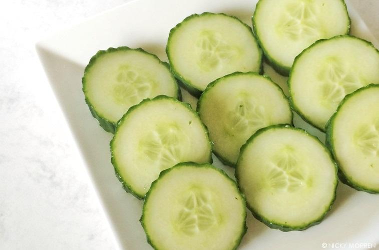 Komkommer op een wit bordje